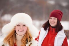 Entrenamientos de las muchachas en el parque del invierno Fotos de archivo