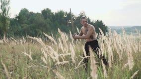 Entrenamientos modernos del cossack con las espadas en los campos 4K metrajes