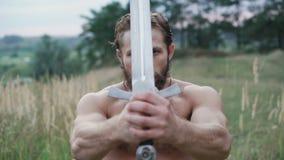 Entrenamientos modernos del cossack con las espadas en los campos 4K almacen de video