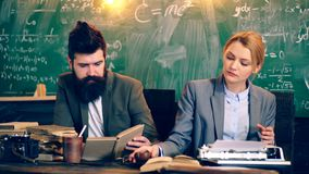 Entrenan a dos conferenciantes en una sala de clase de la universidad Aprendizaje de concepto Profesores de la universidad almacen de metraje de vídeo