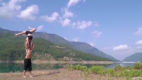 Entrenan a los atletas el vacaciones en Alanya contra la perspectiva del golfo almacen de metraje de vídeo