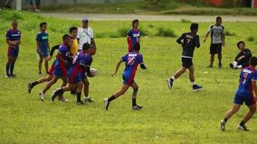 Entrenan a los jugadores del rugbi riguroso para el acontecimiento deportivo atlético entrante Acontecimiento público almacen de metraje de vídeo