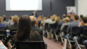 Entrenar el concepto 4k del negocio de la conferencia de la reunión del seminario de la tutoría almacen de metraje de vídeo