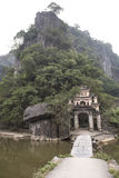 Entrence av den buddistiska templet Nimh Binh, Vietnam Arkivbilder