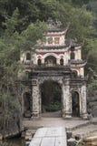 Entrence av den buddistiska templet Nimh Binh, Vietnam Royaltyfri Fotografi