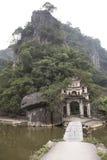 Entrence del tempio buddista Nimh Binh, Vietnam Immagini Stock