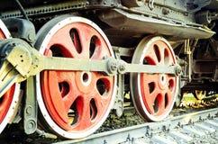 Entrene al mecanismo de arrastre y a las ruedas rojas de una locomotora de vapor soviética vieja imagenes de archivo