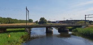 Entrene al puente sobre el canal Almelose Kanaal en la ciudad de Zwolle, los Países Bajos imagenes de archivo