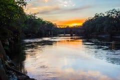 Entrene al puente sobre el río de Suwanee en la puesta del sol Foto de archivo libre de regalías