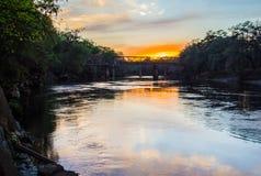 Entrene al puente sobre el río de Suwanee en la puesta del sol Imagen de archivo libre de regalías