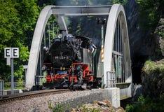 Entrene con un motor de vapor que pasa un puente Imágenes de archivo libres de regalías