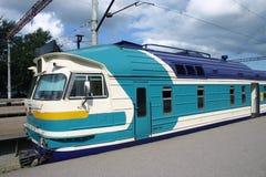 Entrene, eléctrico, locomotora del pasajero en la estación fotografía de archivo