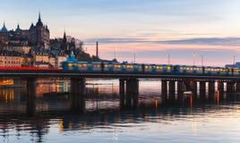 Entrene en el puente de Gamla Stan, Estocolmo Fotografía de archivo libre de regalías