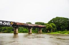 Entrene en el puente sobre el kwai del río Imágenes de archivo libres de regalías