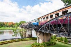 Entrene en el puente sobre el río Kwai en la provincia de Kanchanaburi, Tailandia El puente es famoso Foto de archivo libre de regalías