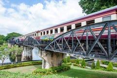Entrene en el puente sobre el río Kwai en la provincia de Kanchanaburi, Tailandia El puente es famoso Imagenes de archivo