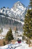 Entrene en ferrocarriles en las altas montañas de Tatras, Eslovaquia Foto de archivo libre de regalías