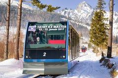 Entrene en ferrocarriles en las altas montañas de Tatras, Eslovaquia Imagen de archivo libre de regalías