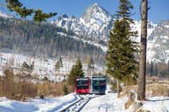 Entrene en ferrocarriles en las altas montañas de Tatras, Eslovaquia Fotografía de archivo