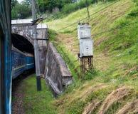 Entrene a entrar el túnel en los Cárpatos Fotografía de archivo