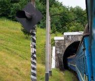 Entrene a entrar el túnel en los Cárpatos Fotografía de archivo libre de regalías