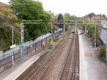 Entrene a las vías ningún tren ningunas personas según lo visto de la cruz ov del puente Imagen de archivo
