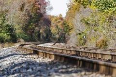 Entrene a las vías que desaparecen en un paisaje rural del otoño Fotografía de archivo