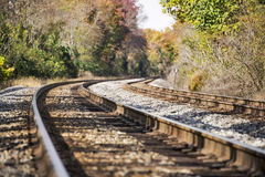 Entrene a las vías que desaparecen en un paisaje rural del otoño Fotos de archivo libres de regalías