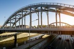 Entrene a los puentes americanos sobre el canal de Obvodny en la puesta del sol en St Petersburg Foto de archivo