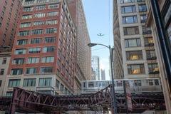 Entrene a paso cerca en gastos indirectos céntricos del vuelo de Chicago y del aeroplano imágenes de archivo libres de regalías