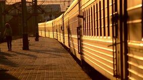 Entrene que las hojas de la plataforma durante puesta del sol almacen de metraje de vídeo