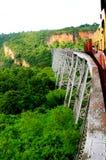 Entrene a rueda sobre el viaducto de Gokteik en Birmania Myanmar Fotos de archivo