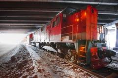 Entrene a tracción en un túnel Fotos de archivo libres de regalías