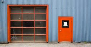 Entrepôt avec les trappes rouges photo stock