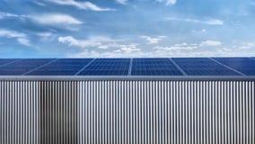 Entrepôt couvert par les panneaux solaires banque de vidéos
