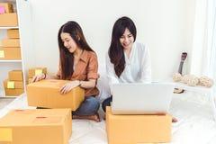Entrepôt de distribution de démarrage de PME d'entrepreneur de petite entreprise de jeune femme asiatique avec la boîte aux lettr image libre de droits