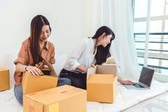 Entrepôt de distribution de démarrage de PME d'entrepreneur de petite entreprise de jeune femme asiatique avec la boîte aux lettr photographie stock libre de droits