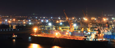 Entrepôt de port avec des cargaisons et des conteneurs Image stock