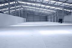 Entrepôt gris et léger énorme avec le toit en métal Photo stock