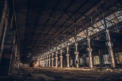 Entrepôt rampant industriel abandonné à l'intérieur du vieux bâtiment grunge foncé d'usine photos libres de droits
