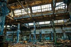 Entrepôt rampant industriel abandonné à l'intérieur du vieux bâtiment grunge foncé d'usine photographie stock libre de droits