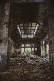 Entrepôt rampant industriel abandonné à l'intérieur du vieux bâtiment grunge foncé d'usine photographie stock