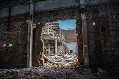 Entrepôt rampant industriel abandonné à l'intérieur du vieux bâtiment grunge foncé d'usine image stock