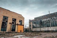 Entrepôt rampant industriel abandonné, vieux bâtiment grunge foncé d'usine images stock