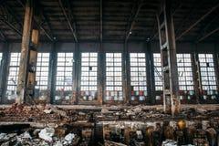 Entrepôt rampant industriel abandonné, vieux bâtiment grunge foncé d'usine photographie stock