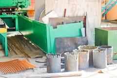 Entrepôt, stockage de mitraille de fer avec des feuilles de mtall et blancs prêts pour traiter au pétrochimique, métallurgique photos libres de droits