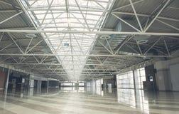 Entrepôt vide lumineux énorme pour le louer photo libre de droits