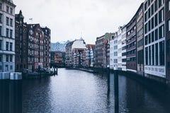Entrepôts historiques au canal de Nikolaifleet à Hambourg Photo stock