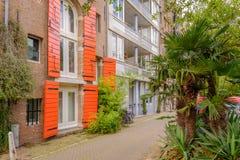 Entrepôts historiques typiques au centre de la ville d'Amsterdam maintenant utilisé comme appartements photographie stock libre de droits