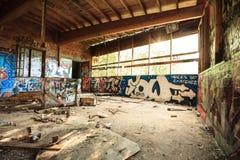 Entrepôt abandonné dans la lumière naturelle Photo stock